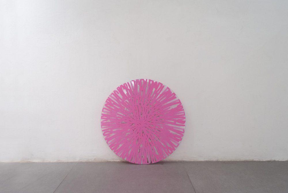 Cara o cruz 2019 Rotulador blanco y rosa sobre cristal 47x0,5 Joaquín Artime 02 pequeño